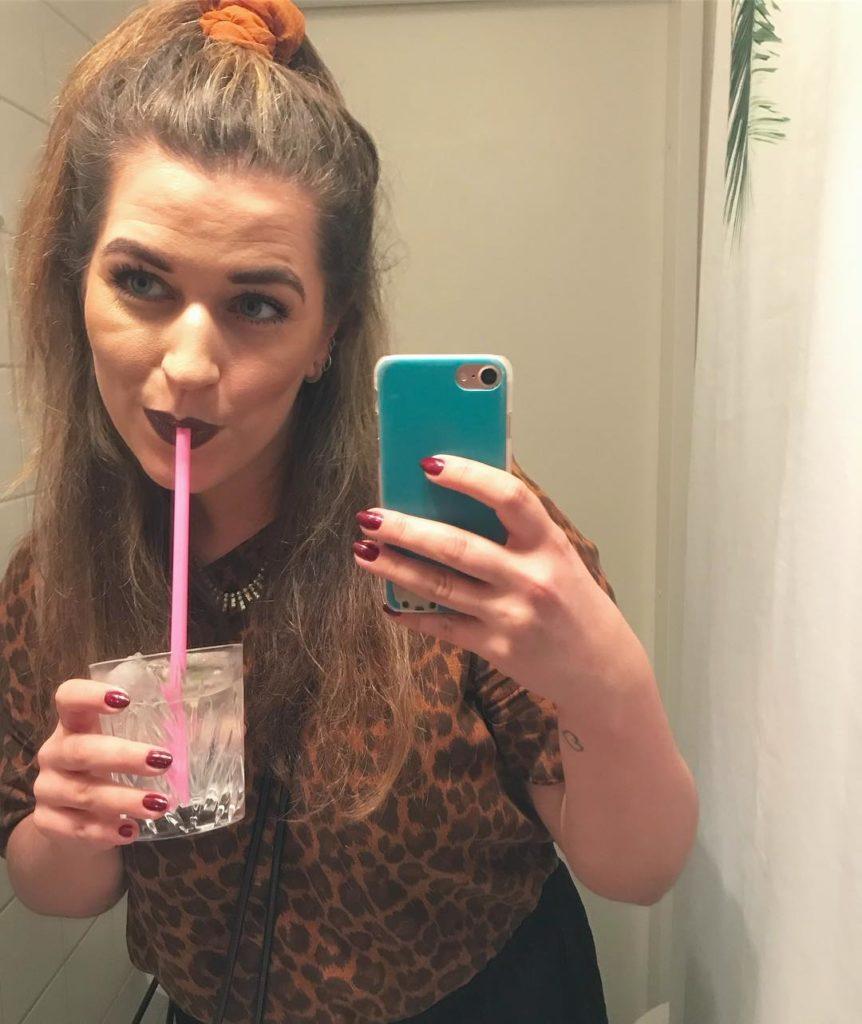 Lrdag var festlig med toiletselfie og drinks I dag erhellip